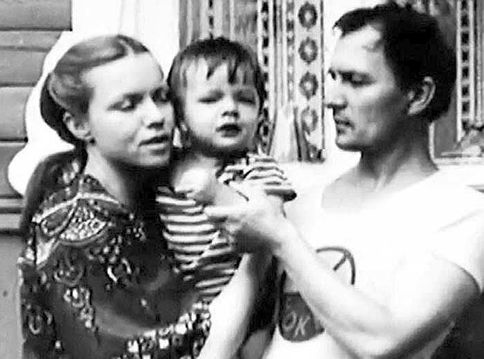 Валентина Теличкина и Владимир Гудков с сыном Иваном. / Фото: www.love-psy.ru