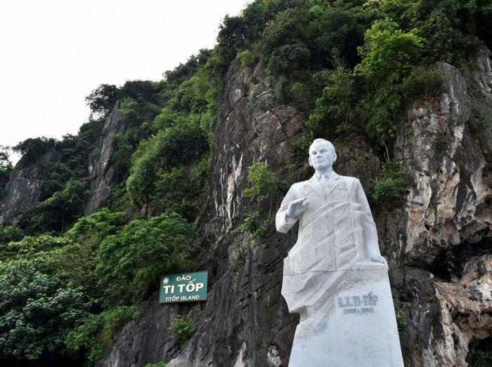Памятник советскому космонавту Г.Титову на острове Ти-топ. / Фото: www.sav4enko.ru