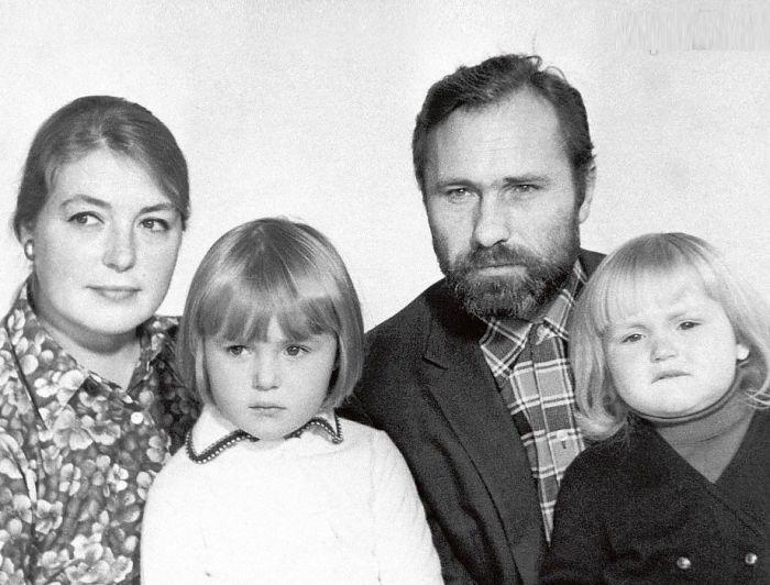 Лидия Федосеева-Шукшина и Василий Шукшин с детьми. / Фото: www.primavera-sat-tv.com