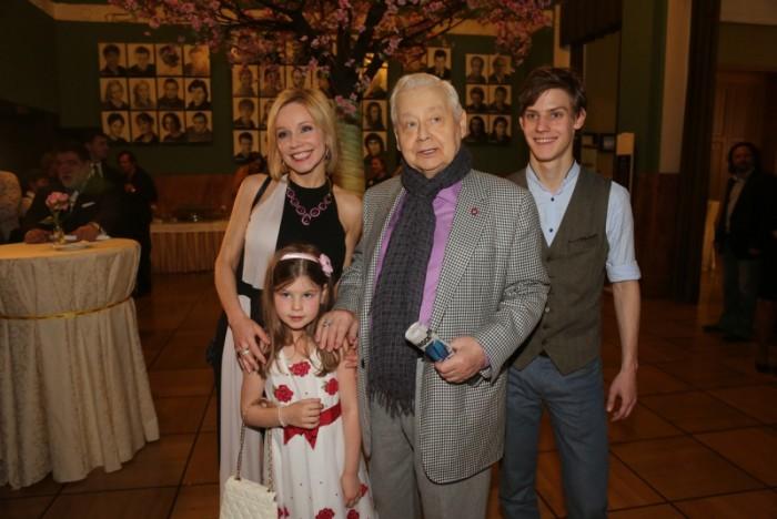 Олег Табаков и Марина Зудина с детьми. / Фото:  www.woman.ru
