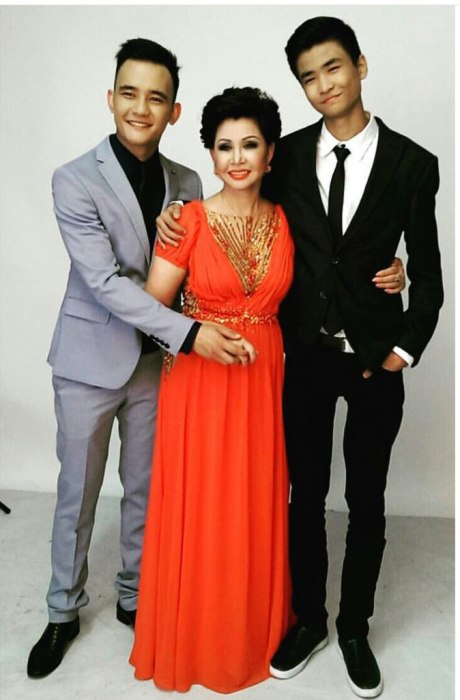 Роза Рымбаева с сыновьями. / Фото: www.baistars.kz