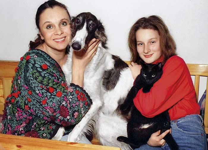 Любовь Полищук с дочерью Мариэттой. / Фото: www.stuki-druki.com