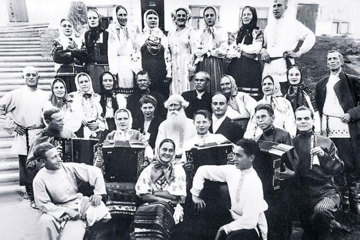 Нина Агапова (в центре в верхнем ряду) - солистка хора Петра Яркова. / Фото: www.7days.ru