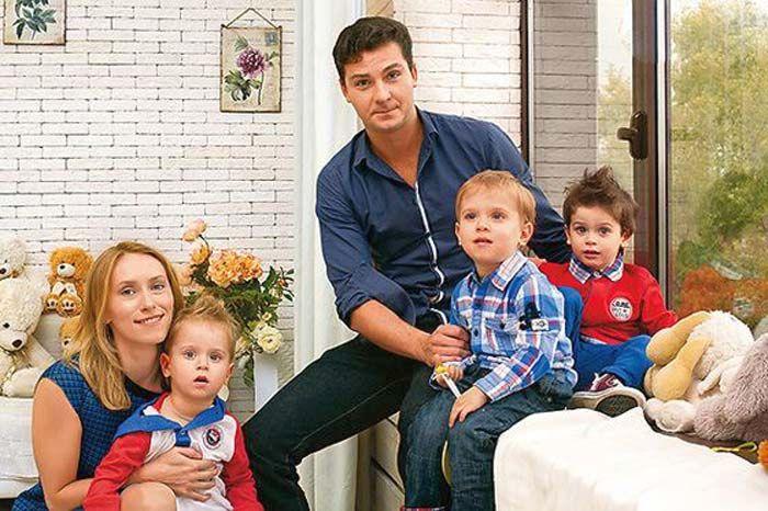 Мария Болтнева и её супруг Георгий Лежава с сыновьями Андреем, Платоном и Тимофеем. / Фото: www.stuki-druki.com