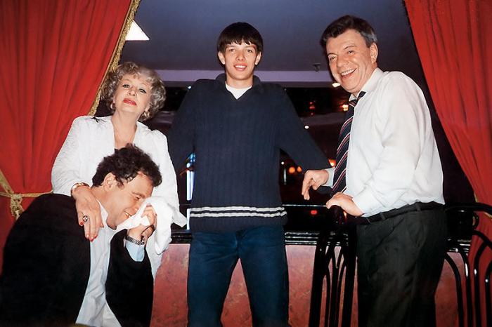 Михаил Воронцов, Алла Ларионова и Вячеслав Шалевич с сыном Ваней на гастролях в Канаде. / Фото: www.7days.ru