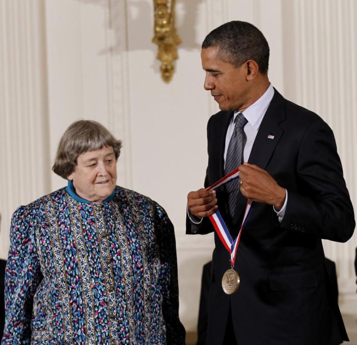 Барак Обама вручает Ивонн Брилл Национальную медаль «За технологии и инновации», во время церемонии в Восточной комнате Белого дома в Вашингтоне. (АР). / Фото: www.blogs.voanews.com