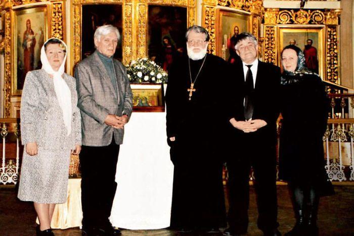 С отцом Константином, матушкой Евгенией (слева), другом Феликсом Кармазиновым и женой Татьяной. 2008 г. / Фото: из личного архива Татьяны Вельяминовой, www.7days.ru