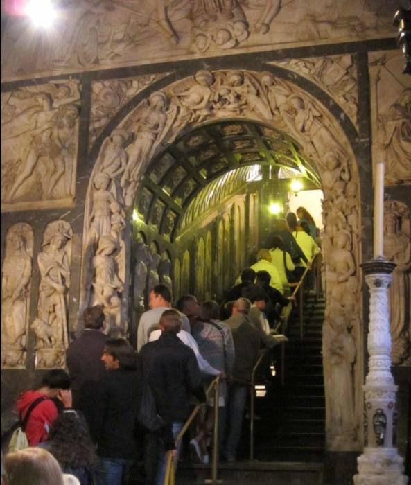 Длинная очередь из желающий прикоснуться к Мадонне. / Фото: www.ege.tourister.ru