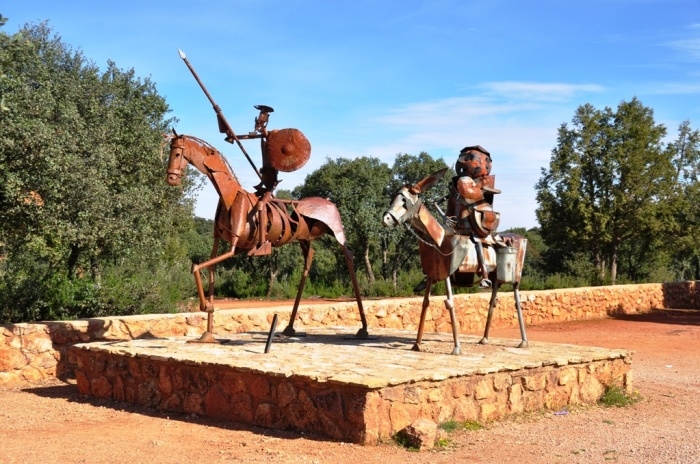 Дон Кихот и Санчо Панса всегда на посту. / Фото: www.tourbina.ru