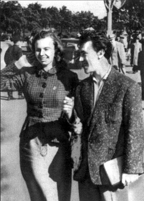 Иза Жукова и Владимир Высоцкий на Американской выставке, 1957 год. / Фото: www.vysotskiy-lit.ru