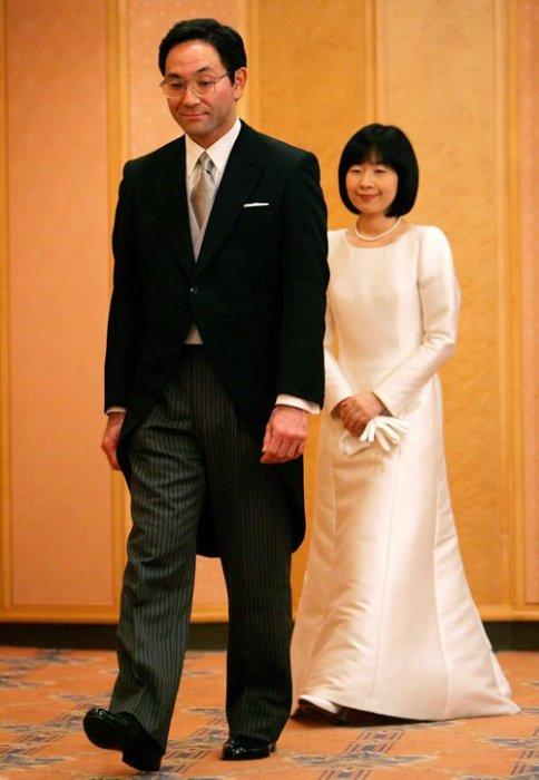 По традиции Саяко идет на два шага позади своего супруга. / Фото: www.obozrevatel.com