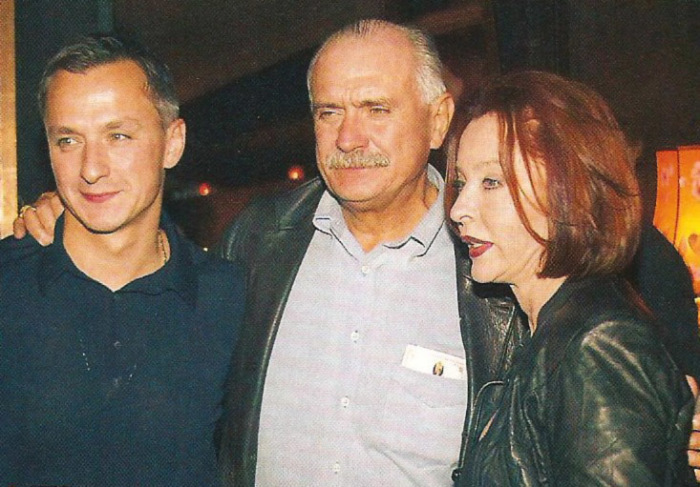 Никита Михалков и Анастасия Вертинская с сыном Степаном. / Фото: www.kino-teatr.ru