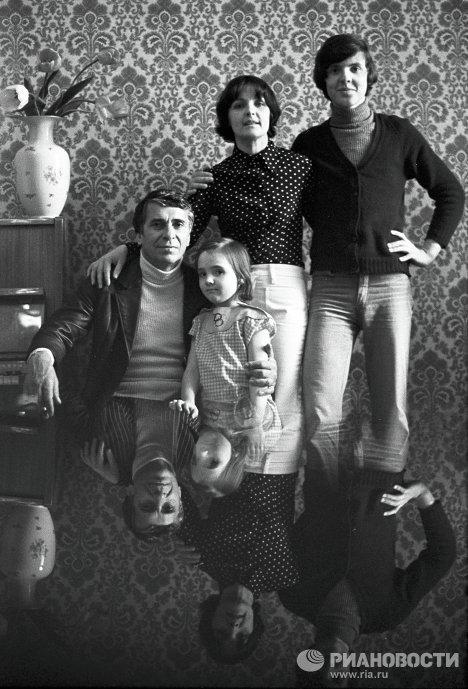 Ада Роговцева и Константин Степанков с детьми, Костей и Катей. / Фото: www.picsview.ru