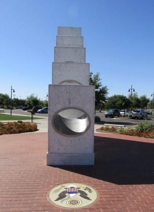 Мемориал и небо: в цветах государственного флага. / Фото: www.tripadvisor.ca