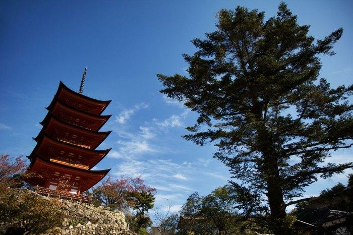 Пятиэтажная пагода на острове Миядзима, постройка 1407 года. / Фото: Крис ЛакÑардт, www.cameralabs.org