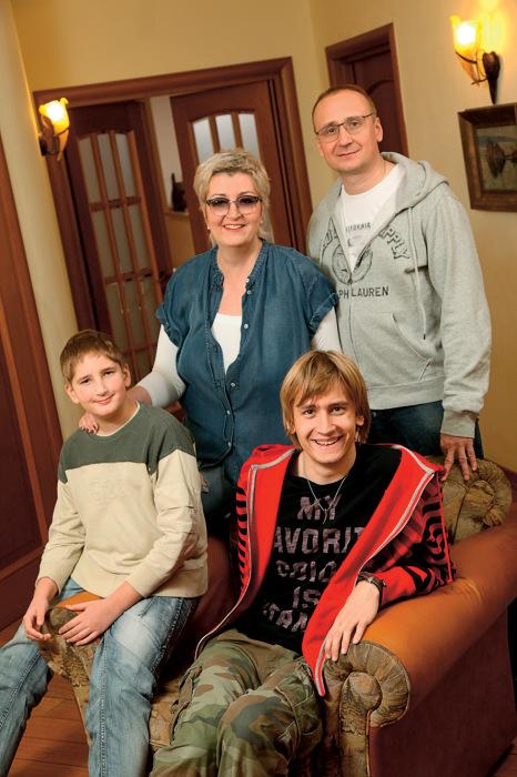 Татьяна и Владимир Устиновы с сыновьями. / Фото: www.lisa.ru