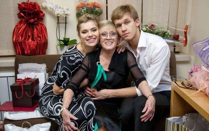 Алиса Фрейндлих с внуками Анной и Никитой. / Фото: www.metronews.ru