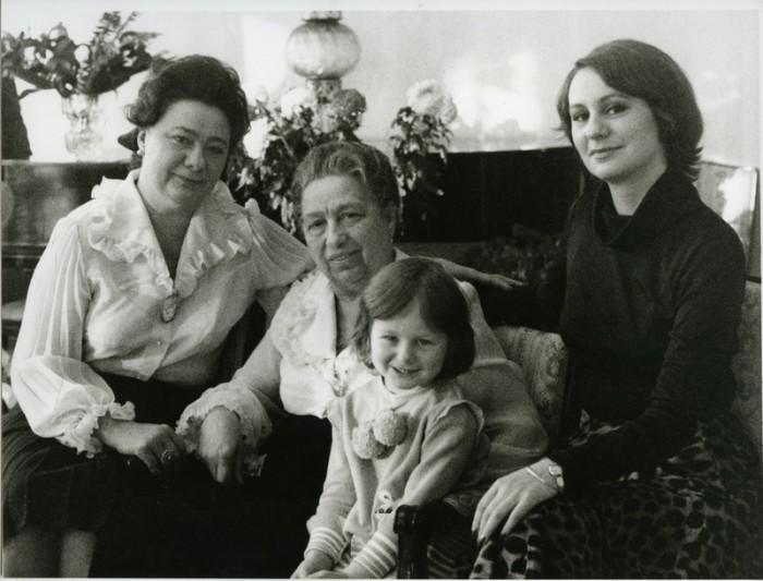 В.П. Брежнева с дочерью Галиной, внучкой Викторией и правнучкой Галиной. / Фото: www.contragents.ru