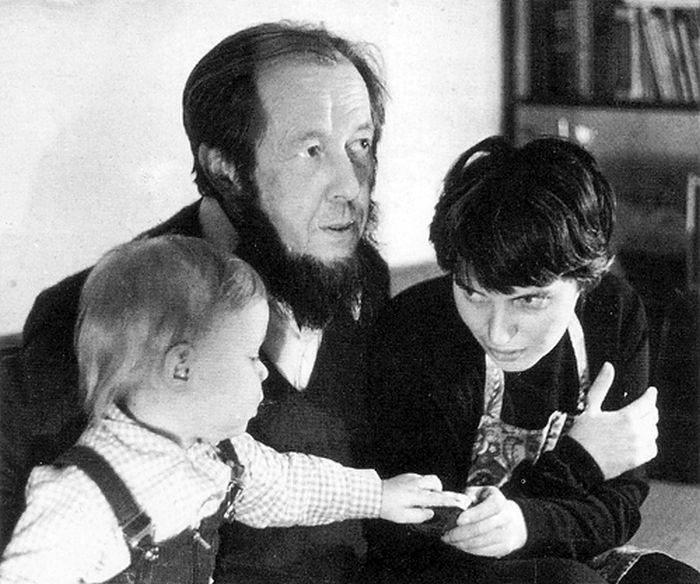 Александр Солженицын и Наталия Светлова с первенцем Ермолаем. / Фото: www.peremeny.ru