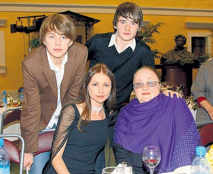 Екатерина Градова с дочерью, сыном и внуком (слева). / Фото: www.24smi.org