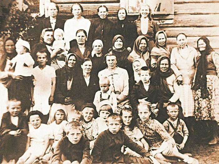 Деревня Засосье в 1947 году. В центре – Анна Галактионова. / Фото: www.sobesednik.ru