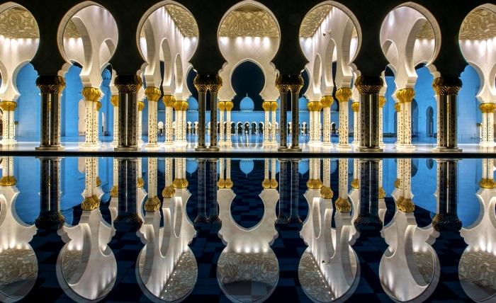 Отражение элементов архитектуры в прилегающем бассейне с водой. / Фото: www.puzzleit.ru
