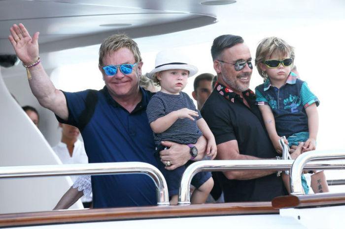 Элтон Джон с Дэвидом Фёрнишем и сыновьями.  / Фото: www.kyky.org