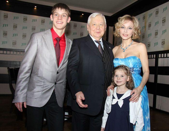 Олег Табаков - счастливый муж и отец. / Фото: www.domashniy.ru