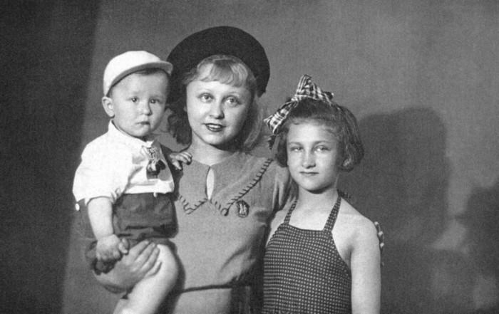 Янина Жеймо с детьми. / Фото: www.kino-teatr.ru