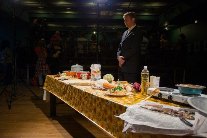 Перед началом спектакля «Саша, вынеси мусор!». / Фото: www.vk.com/meyerholdcentre