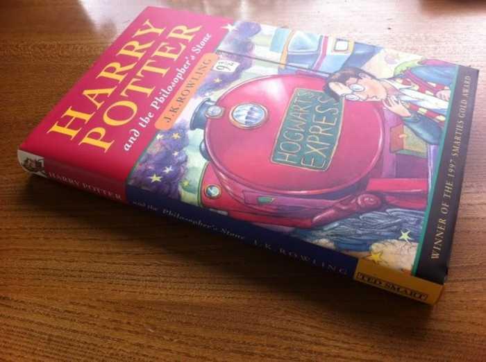 """Первое издание """"Гарри Поттер и философский камень"""", 1997 год. / Фото: www.inserbia.info"""