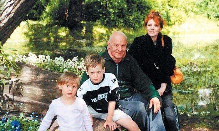 С мужем Юрием, внуком Лёвой и внучкой Аней. / Фото: www.facebook.com