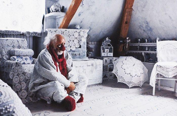 Вячеслав Полунин в кружевной комнате. / Фото: www.vk.com