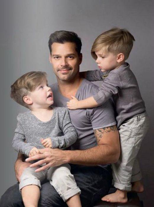 Рики Мартин с сыновьями.  / Фото: www.showbizdaily.ru
