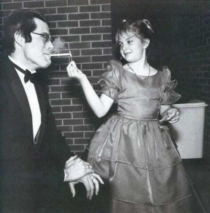 Дрю Бэрримор в детстве со Стивеном Кингом.  / Фото: www.facebook.com