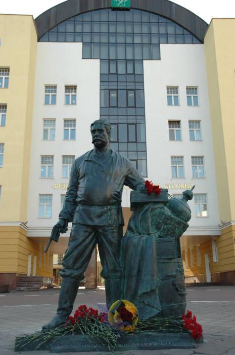 Памятник таможеннику Павлу Верещагину в Москве. / Фото: www.vimunion.com