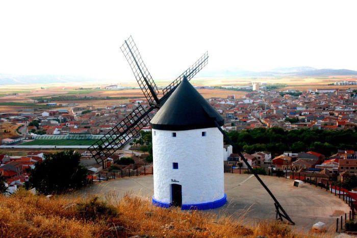 Ветряные мельницы в Консуэгра. / Фото: www.webturizm.ru