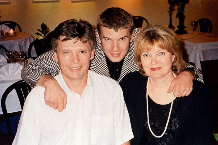 Борис Токарев и Людмила Гладунко с сыном. / Фото: www.7days.ru