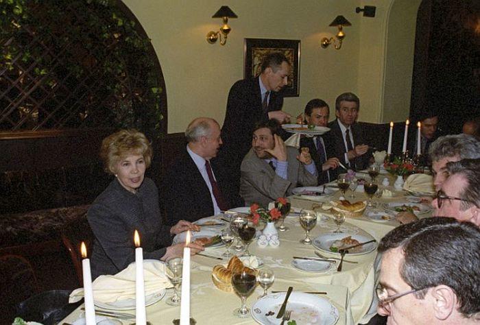Михаил Горбачев с супругой Раисой Горбачевой в ресторане «Амандо», на встрече с бизнесменами города Санкт-Петербурга. / Фото: www.visualrian.ru