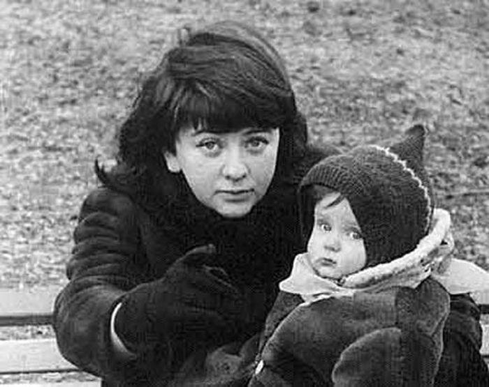 Алла Сурикова с дочерью, котороую она считает своей главной режиссёрской удачей. / Фото: из книги «Любовь со второго взгляда», www.loveread.me