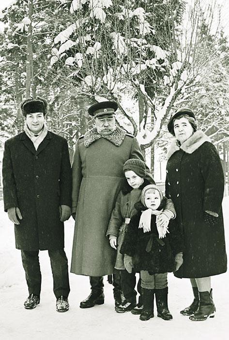 Буденный с зятем Михаилом Державиным, женой и внуками на даче, 1966 год. / Фото: семейный архив