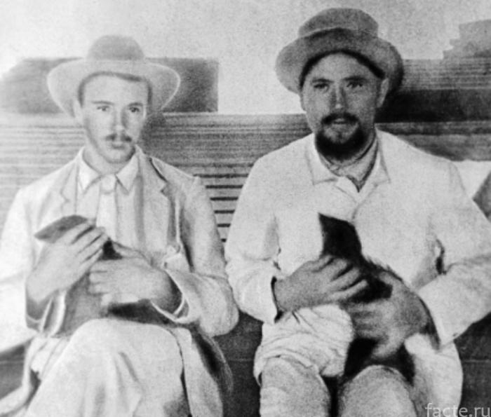 Чехов со своим мангустом по имени Сволочь и его спутник с мангустом. 1890 год. / Фото: www.pikabu.ru