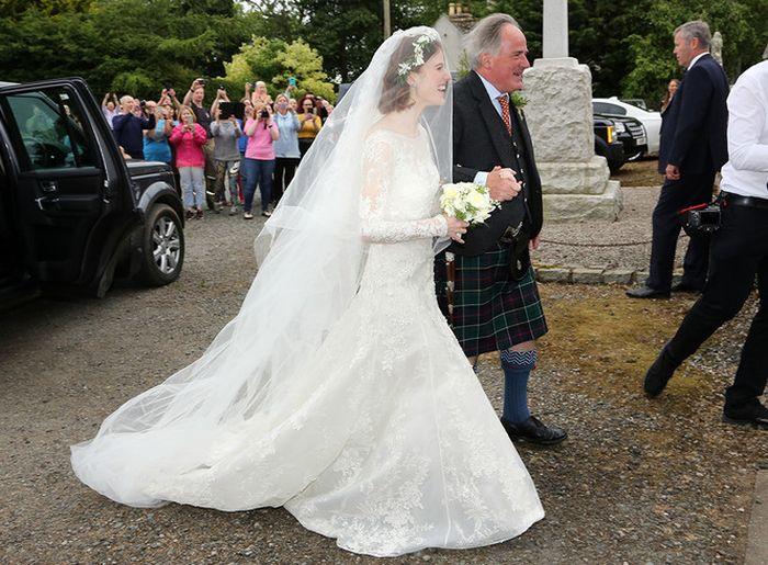 Счастливая невеста в сопровождении отца. / Фото: www.marieclaire.ru