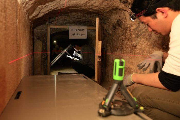 Учёный из Нагойского университета устанавливает мюонный детектор в палату королевы. / Фото: www.scanpyramids.org