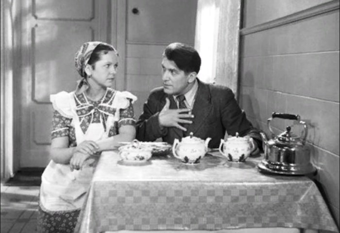 Вера Орлова и Николай Крючков, кадр из фильма «Об этом забывать нельзя». / Фото: www.baskino.me