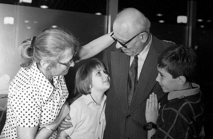 Андрей Сахаров и Елена Боннэр с внуками. / Фото: www.jo-jo.ru