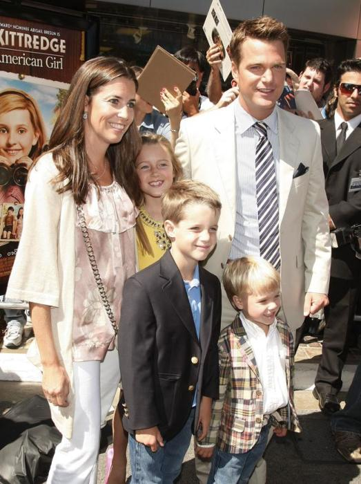 Крис О'Доннелл и Кэролайн Фентресс с детьми. / Фото: www.myajc.com