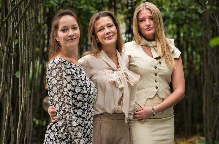 Елена Проклова с дочками Ариной и Полиной. / Фото: www.otzvezd.ru
