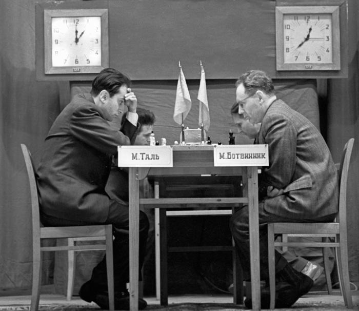 Михаил Таль и Михаил Ботвинник во время игры за звание чемпиона мира по шахматам, 1960 г. / Фото: РИА Новости, Чепрунов