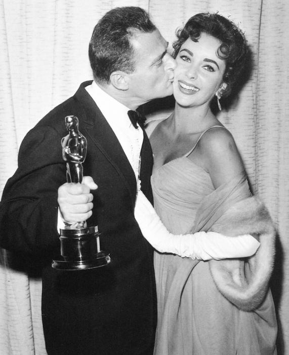 Элизабет Тейлор и Майкл Тодд, получивший Оскар. / Фото: www.fw-daily.com